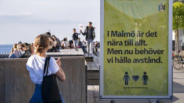 """""""A Malmö tutto è vicino, ma ora dobbiamo mantenere le distanze"""", si legge su una pubblicità nella città svedese"""