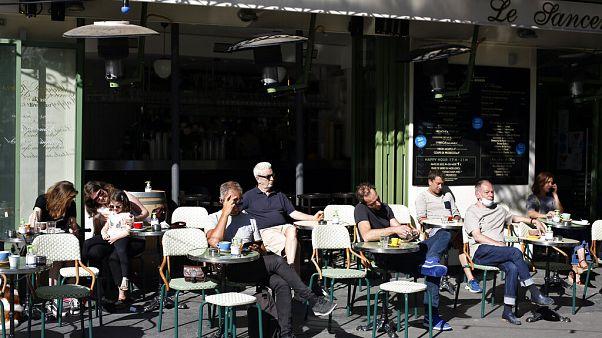 Πολίτες απολαμβάνουν τον καφέ και τον ήλιο