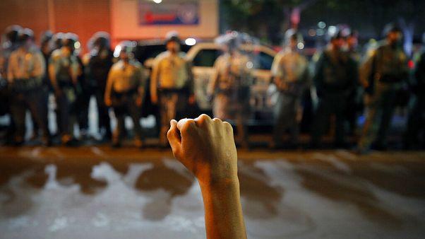 Un hombre levanta el puño ante las fuerzas del orden en Las Vegas