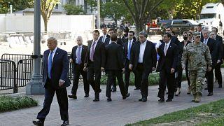 Donald Trump traverse le parc Lafayette pour se rendre à l'église Saint John, à Washington, le 1er juin 2020