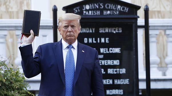 Il presidente degli Stati Uniti Donald Trump posa davanti a una chiesa di Washington danneggiata dalle proteste