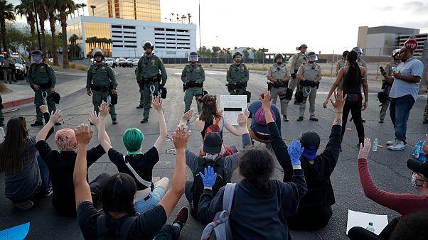 Donald Trump protestoları bastırmaları için binlerce asker görevlendirdi
