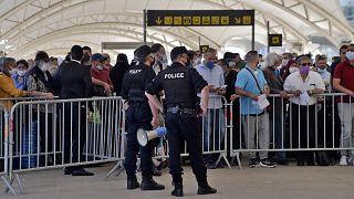 مسافرون ينتظرون ركوب العبارة من الجزائر إلى مارسيليا