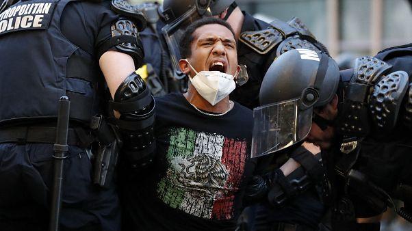 Полицейские задерживают протестующего в Вашингтоне. 1 июня 2020.