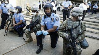 ΗΠΑ: Κίνηση υψηλού συμβολισμού - Αστυνομικοί γονατίζουν μπροστά σε διαδηλωτές