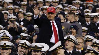 الرئيس الأمريكي دونالد ترامب وسط ضباط من الجيش الأمريكي