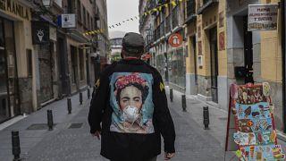 Egy férfi sétál Madridban