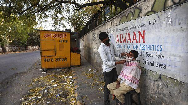 Hindistan'da bir sokak berberi