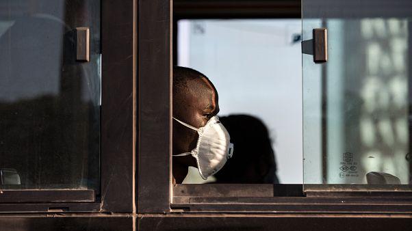 Passageiro de autocarro no terminal Rodoviário de Xiquelene