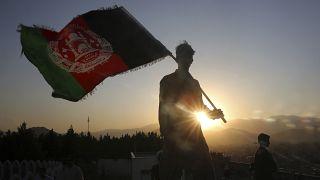 رجل أفغاني يرفع علم بلاده في عيد الاستقلال - 2019/08/19