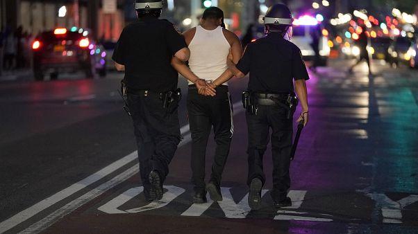 شرطيان يعتقلان أحد المتظاهرين في نيويورك