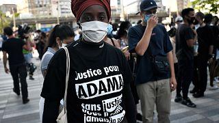 """Une manifestante porte un tee-shirt portant la mention """"Justice pour Adama"""", Paris le 2 juin 2020"""