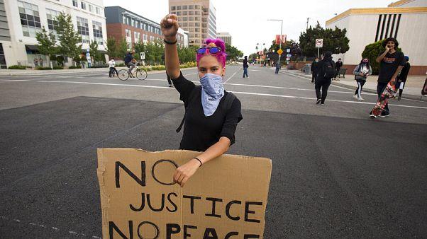 ABD'de George Floyd'un polis tarafından öldürülmesinden sonra devam eden protestolardan bir kare.