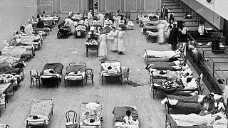 Le infermiere volontarie della Croce Rossa americana si occupano dei pazienti affetti da influenza, all'Auditorium municipale di Oakland, utilizzato come ospedale da campo