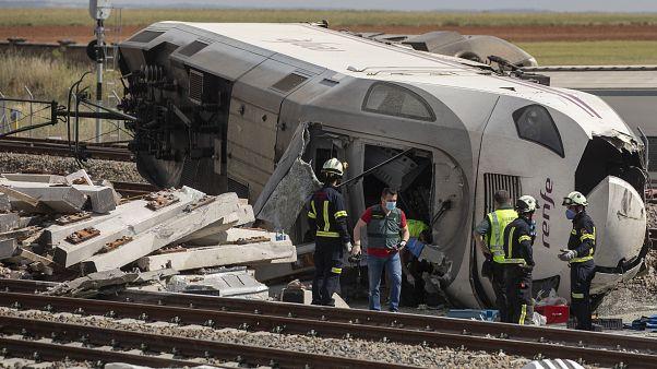 Bomberos y guardias civiles en la escena de un accidente después de que un tren de pasajeros de alta velocidad chocara con un coche en La Hiniesta