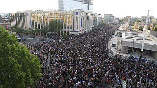 Paris'te yaşanan ırkçılık karşıtı gösteriden bir kare.