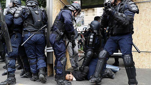 Fransa'da polisler bir şüpheliyi gözaltına alıyor