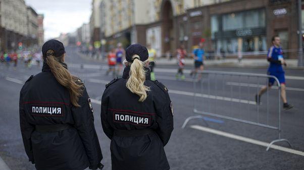 Женщины-полицейские патрулируют улицы в Москве.
