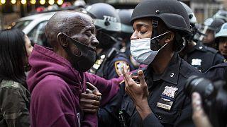 متظاهر بوجه شرطي في نيويورك