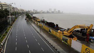 Nisarga Kasırgası, Hindistan'ın  finans başkenti Mumbai'ye ulaştı