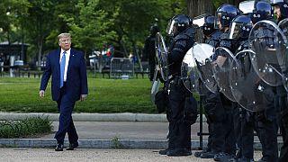 Donald Trump amerikai elnök átsétál a washingtoni  Lafayette téren 2020. június 1-én
