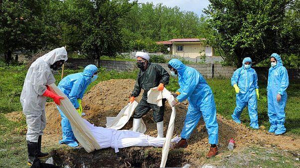 تدفین یکی از قربانیان کرونا در شمال ایران