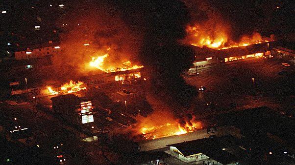 أعمال الشغب التي اندلعت في جنوب وسط لوس أنجلس في أعقاب تبرئة أربعة ضباط شرطة انهالوا بالضرب على رودني كينغ