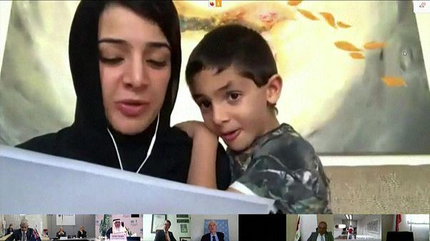 السعودية نيوز |      شاهد: نجل وزيرة إماراتية يقاطع كلمتها عفوياً خلال مؤتمر المانحين المخصص لليمن
