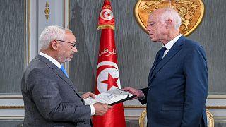 الرئيس التونسي قيس سعيد يستقبل زعيم حزب النهضة ورئيس البرلمان رشيد الغنوشي في القصر الرئاسي .