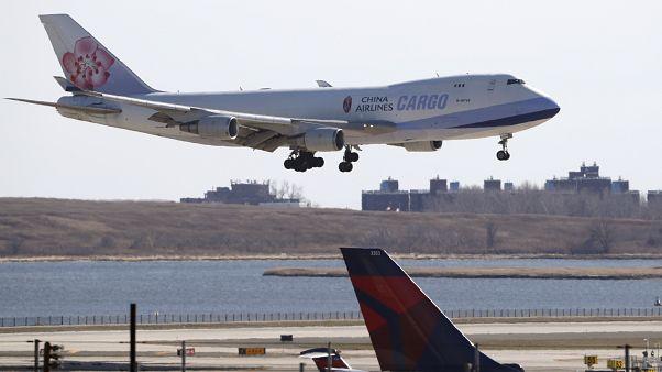 طائرة الخطوط الجوية الصينية تستعد للهبوط في مطار جون كينيدي في نيويورك