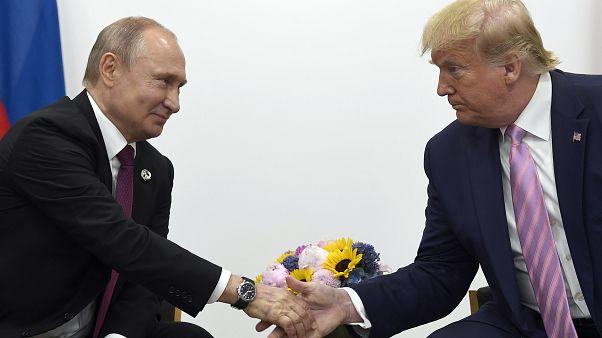 الرئيس الأمريكي دونالد ترامب  يصافح الرئيس الروسي فلاديمير بوتين خلال اجتماع ثنائي على هامش قمة مجموعة العشرين في أوساكا في اليابان
