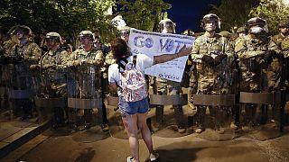 Μια διαδηλώτρια και δεκάδες αστυνομικοί