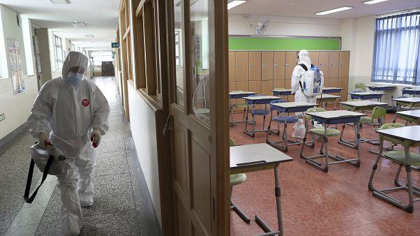 تطهير أحد الفصول المدرسية في كوريا الجنوبية
