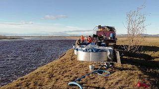 Les services de secours en mer russe pompe du pétrole dans la rivière Ambarnaïa suite à une pollution, le 4  juin 2020