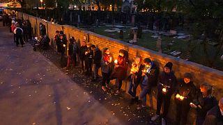 Während der Sabbatfeierlichkeiten in Halle stellen sich die Menschen in einer Menschenkette um die jüdische Synagoge und den Friedhof auf. 11. Oktober 2019