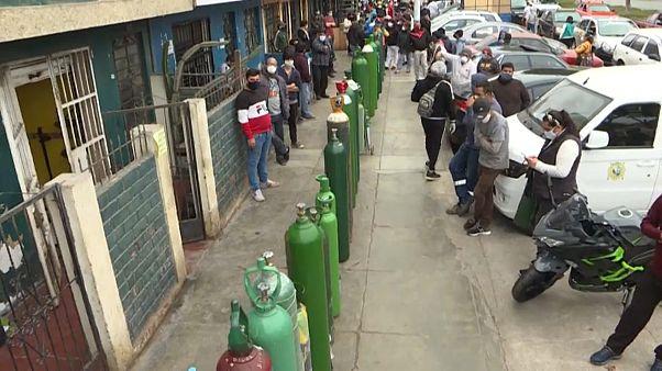 Decenas de personas hacen cola para comprar botellas de oxígeno en Callao