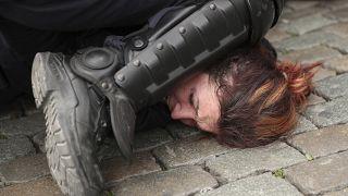 In questa foto, scattata il 26 maggio 2019, l'arresto di una donna durante una protesta dei gilet gialli a Bruxelles.