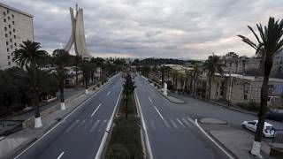 إحدى شوارع العاصمة الجزائر وهي خالية خلال الحجر الصحي المفروض بسبب فيروس كورونا