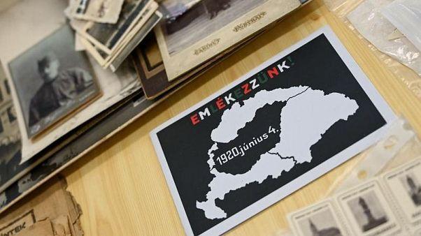 Una foto tomada el 25 de mayo de 2020 en el Museo de Trianon en Szeged, Hungría, muestra un mapa con los límites de Hungría antes y después de la Primera Guerra Mundial.