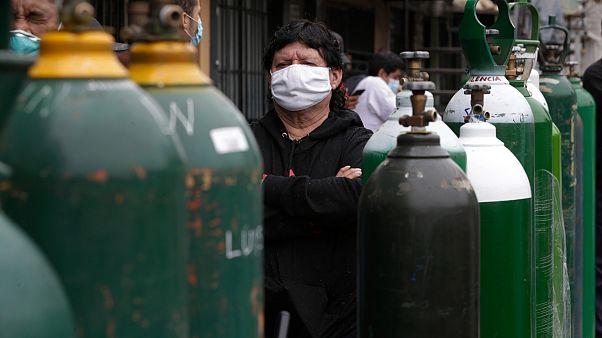 Des péruviens font la queue pour acheter de l'oxygène pour leurs proches malades, Callao le 03 juin 2020