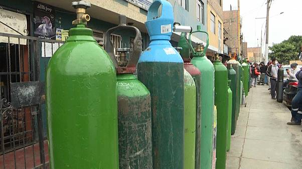 Sauerstoffflaschen für die Bevölkerung in Lima, Peru