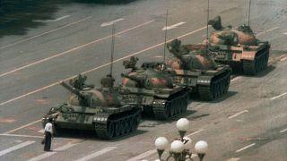 رجل يقف أمام رتل من الدبابات في تيانانمن ببكين في الرابع من حزيران/يونيو 1989