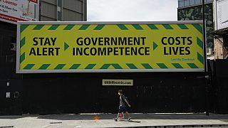 Un cartel parodia en Londres el mensaje de advertencia del Gobierno británico
