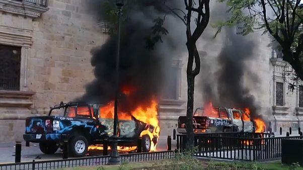 Varios vehículos oficiales ardieron durante las protestas