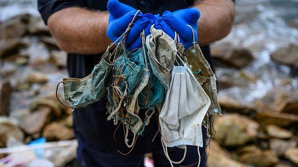 Hong Kong'da çevreciler tarafından sahilden toplanan kullanılmış maskeler