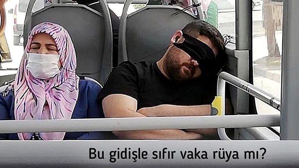Maskeyi yanlış takan bir otobüs yolcusu