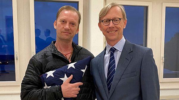 برایان هوک، نماینده آمریکا در امور ایران (راست) و مایک وایت، شهروند آزاد شده آمریکایی (چپ)