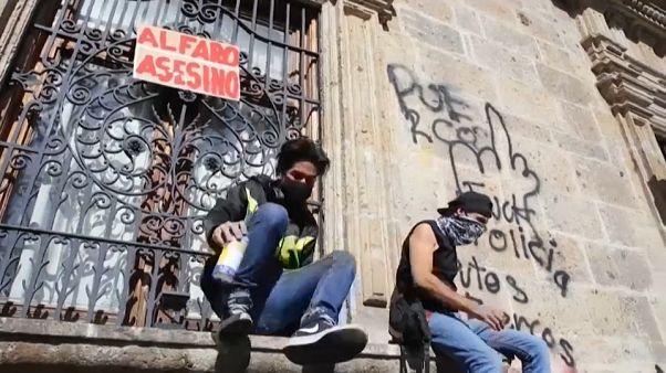 شاهد: مظاهرات بعد مقتل مكسيكي على يد الشرطة لعدم ارتدائه القناع الواقي من كورونا