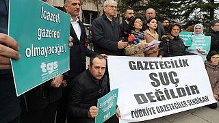 """""""Gazetecilik suç değildir"""" yazılı pankart"""