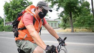 متطوعون على دراجاتهم الهوائية يسلمون مرضى السكري في بشكيك أدويتهم